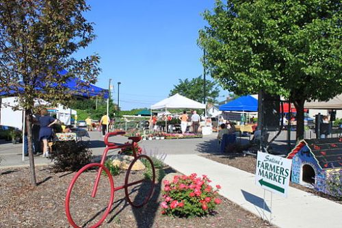 A Farmer's Market at Saline, MI (cc Dwight Burdette, 2010)